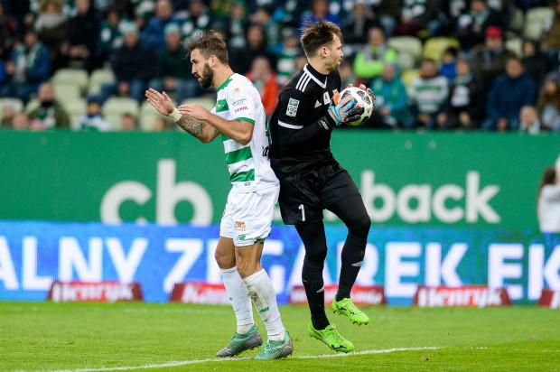 Między 2. a 3. golem Błażeja Augustyna dla Lechii minął rok i tydzień. Nim obrońca biało-zielonych pokonał Pavelsa Steinborsa (z prawej) po raz ostatni posłał piłkę do siatki Lecha. A już w niedzielę mecz w Poznaniu.