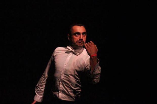 """""""Raport Panika"""" w wykonaniu Artiego Grabowskiego (na zdjęciu) dostał główną nagrodę Festiwalu OFF Kontrapunkt w 2018 roku. Na Festiwalu Windowisko zastanie zagrany 23 listopada."""