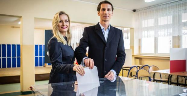 Kacper Płażyński głosował z żoną Natalią.