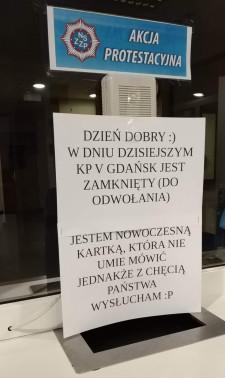 Taka kartka pojawiła się w poniedziałek na drzwiach jednego z gdańskich komisariatów.