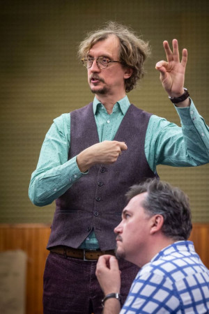 """- Mam nadzieję, że nie będzie ciężkiego dydaktyzmu, jednak niektóre tematy i wątki zawarte w """"Cyruliku sewilskim"""" mogą także dzisiaj zabrzmieć bardzo współcześnie - mówi reżyser spektaklu Paweł Szkotak (zdjęcia z próby do """"Cyrulika sewilskiego"""")."""