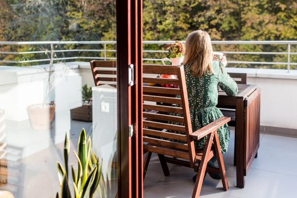 Ogromnym atutem mieszkania jest przestronny balkon z widokiem na las.