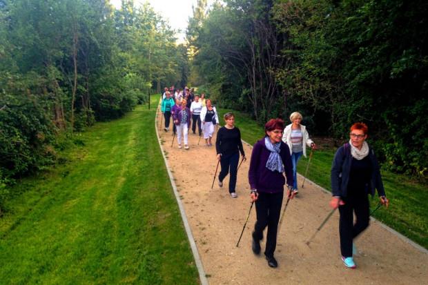 Nordic walking na ścieżkach parku Reagana.