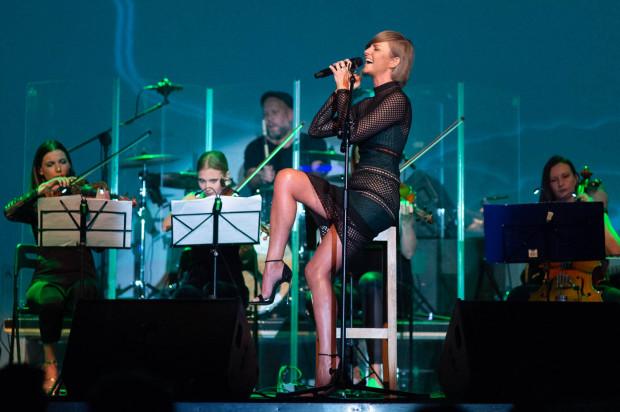 Kasia Stankiewicz nie tylko dobrze śpiewa, ale i potrafi nawiązać znakomity kontakt z publicznością.