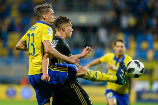 Luka Marić, gdy gra w obronie Arki Gdynia, drużyna w ekstraklasie o połowę mniej goli średnio na mecz.