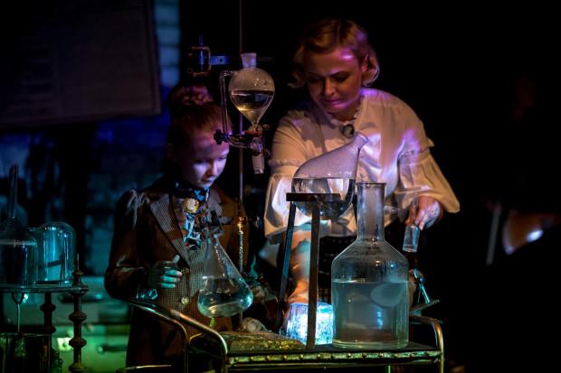 Ciekawym uzupełnieniem spektaklu są reakcje chemiczne przygotowywane przez Smart_Lab.