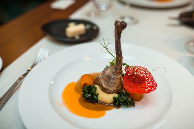 Podczas środowej kolacji komentowanej w restauracji Hotelu Haffner zaserwowano premierowe jesienne menu. Na zdjęciu widoczne danie główne: konfitowane udko z perliczki, rozmaryn, puree truflowe, demi glace, marchew karmelizowana