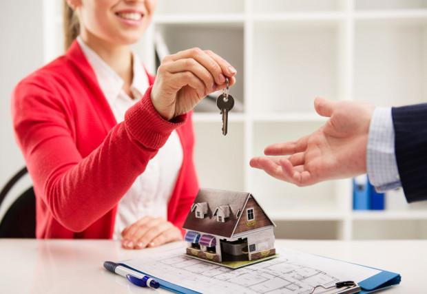 Bywa, że radość z zakupu nowego mieszkania szybko się kończy, kiedy okazuje się, że mieszkanie czy budynek ma wady. Warto znać swoje prawa, by wiedzieć, jak postępować.