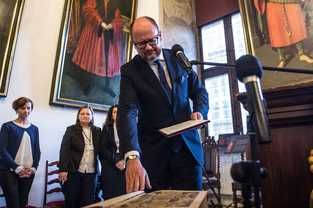 Paweł Adamowicz w poniedziałek rozpoczął piątą kadencje swoich rządów dla Gdańska od przysięgi na Biblię Gutenberga.
