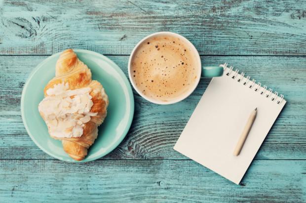 Nie traktujmy kawy jako pretekstu do zjedzenia dodatkowego deseru, bo wówczas jej korzystne działanie nie będzie miało miejsca. Choć czasem trudno się powstrzymać...