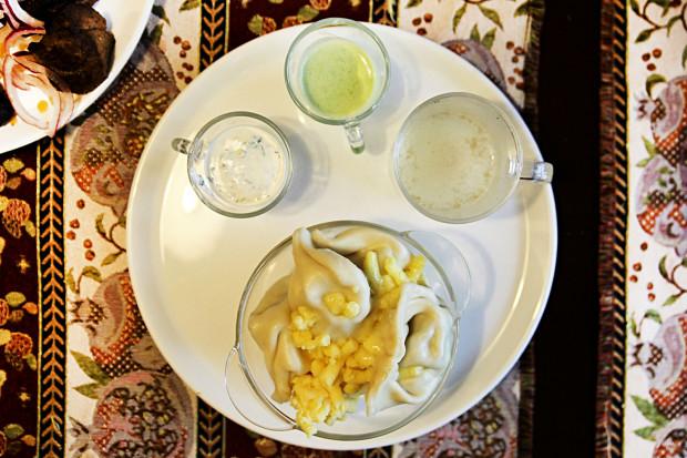 Zestaw chinkali: rosół z baraniny, pierogi, ser żółty oraz sosy