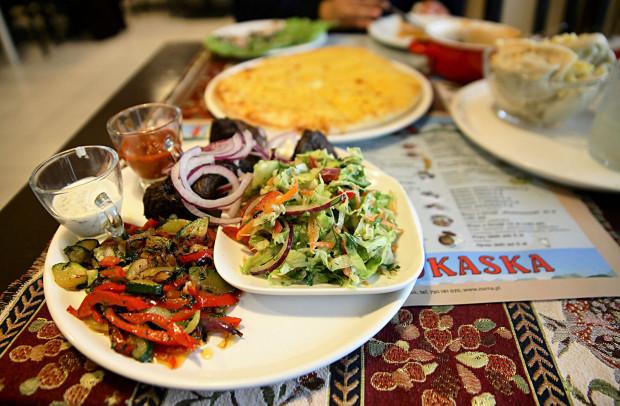 W Zurnie jest smacznie, choć warto jeszcze dopracować menu, np. szaszłyki z baraniny (na zdjęciu).