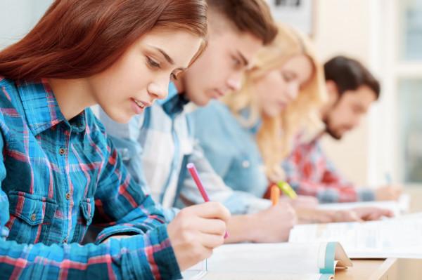 Przeprowadzenie próbnego egzaminu ósmoklasisty jest dobrowolne, dlatego uczniowie tych szkół, które nie zdecydują się zorganizować próbnego egzaminu, będą mogli pobrać arkusze ze stron internetowych komisji egzaminacyjnych.