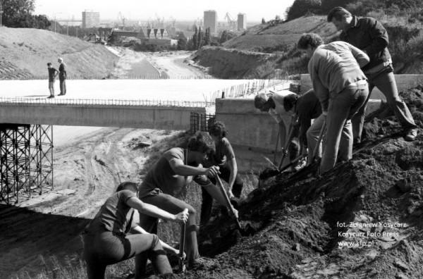 Sierpień 1984 roku. Budowa al. Armii Krajowej, na drugim planie wiadukt w ciągu ul. Stoczniowców.