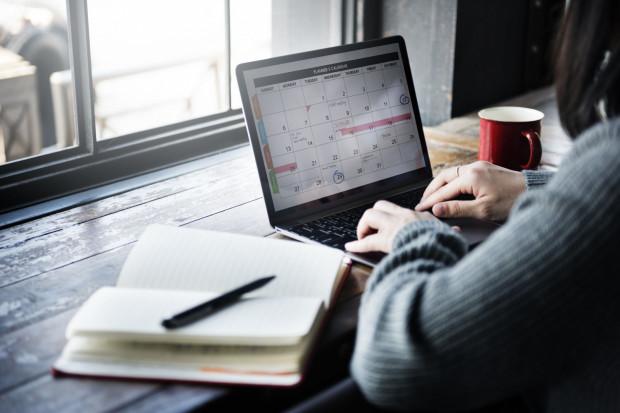 Urlop na żądanie jest specjalnym przywilejem pracownika zagwarantowanym mu przez Kodeks pracy. Jego cechą charakterystyczną jest to, że cztery dni przysługujące pracownikowi w trybie urlopu na żądanie nie są objęte planem urlopów.