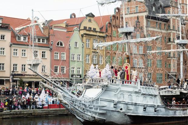 """""""Miłość jest wszystkim"""" oferuje przede wszystkim efektowne kadry z Gdańskiem tle jak choćby w scenie wpłynięcia Świętego Mikołaja Motławą do Gdańska."""