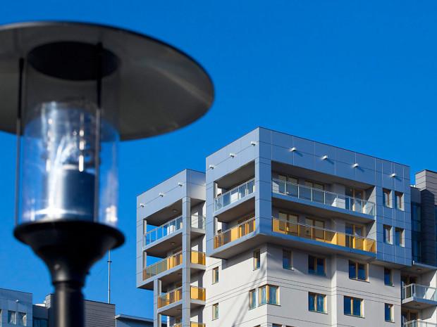 Nawet w wysokich budynkach mieszkania na najwyższych piętrach mają zwykle większe tarasy, które pozwalają w pełni korzystać z roztaczających się widoków.