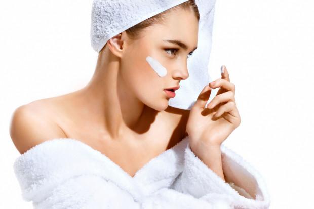 Kąpiel w wodzie wysokiej temperaturze może dodatkowo pogorszyć stan przesuszonej już skóry.