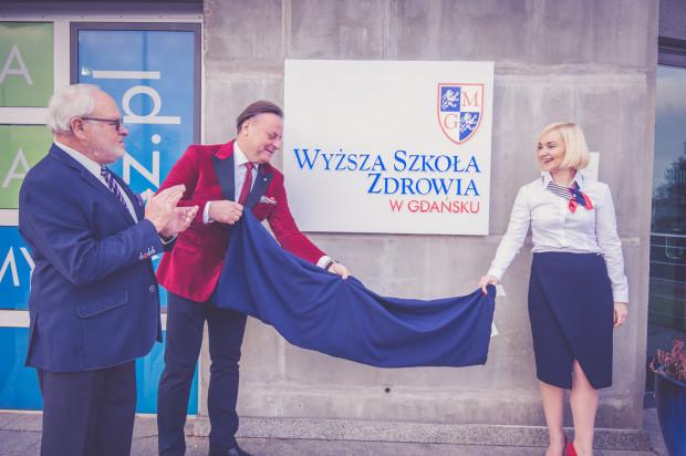 22 listopada 2018 roku nastąpiło uroczyste odsłonięcie tablicy, pieczętujące zmianę nazwy uczelni z Wyższej Szkoły Zarządzania na Wyższą Szkołę Zdrowia w Gdańsku.