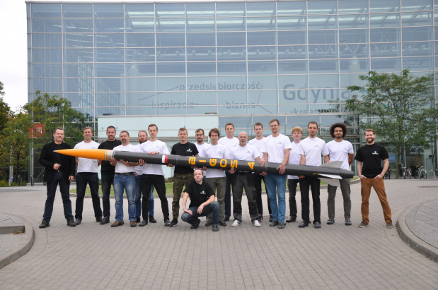 Zespół inżynierów ze spółki SpaceForest zPomorskiego Parku Naukowo-Technologicznego Gdynia z rakietą Bigos 4