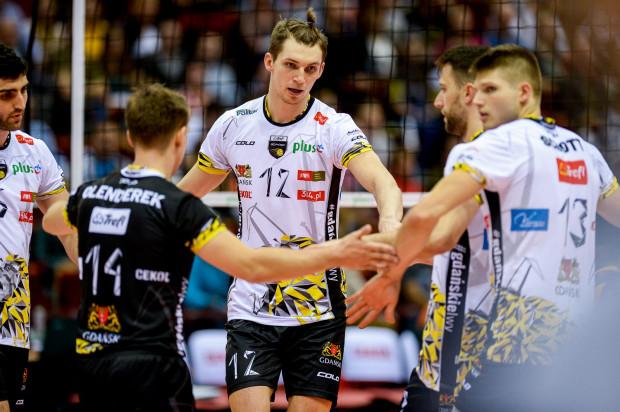 Siatkarze Trefla Gdańsk wykorzystali osłabienie Stoczni Szczecin, wygrywając w zaległym meczu z 1. kolejki bez straty seta. MVP mecz był Maciej Muzaj (nr 12).