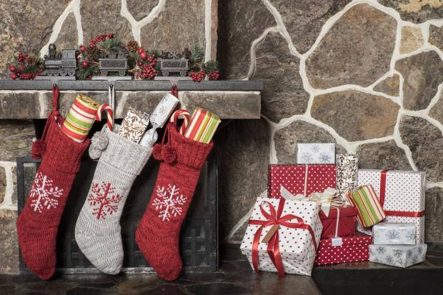 Jedni wkładają prezenty pod poduszkę, inni do buta, a niektórzy umieszczają je w dużej skarpecie, specjalnie przygotowanej na tę okoliczność.
