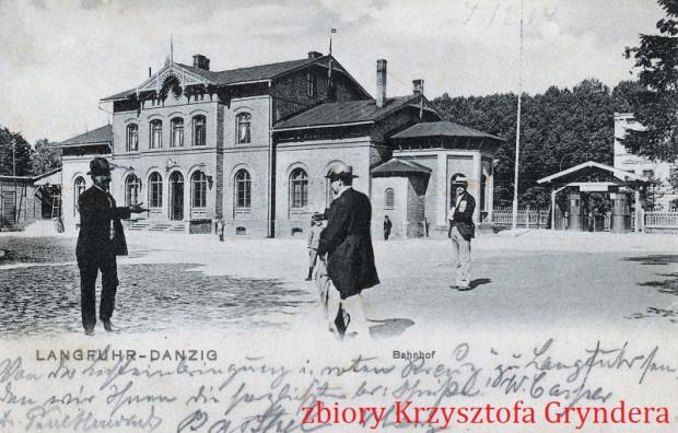 Pierwszy wrzeszczański dworzec z 1870 roku stał na tyłach budynku, w którym działa bar Bioway. Tu na pocztówce z ok. 1904 roku (zbiory Krzysztofa Gryndera)