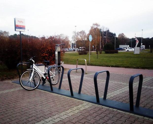 Na rowery elektryczne MEVO będziemy musieli jeszcze poczekać. Na razie przy gotowych stacjach parkują zwykłe rowery.