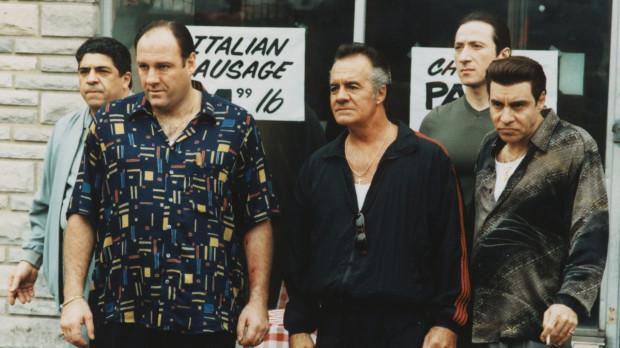 """""""Rodzina Soprano"""" z 1999 r. zapoczątkowała nową erę seriali, które przestały już kojarzyć się z telenowelami, a bardziej zaczęły przypominać filmowe produkcje w odcinkach."""