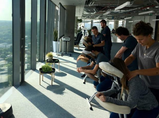 Masaż w biurze wyraźnie podnosi efektywność i wydajność. Bo pracownik jest odprężony, ma lepszą koncentrację i motywację.