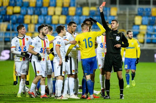 Kluczowy moment meczu Arka Gdynia - Jagiellonia Białystok. Adam Deja otrzymuje czerwoną kartkę.
