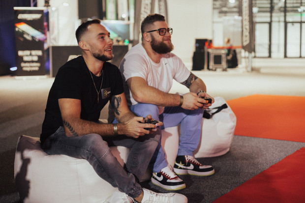 Paweł Fajdek (z prawej) i Marcin Krukowski z pozostałymi lekkoatletami reprezentacji Polski często spędzają czas podczas gier esportowych.