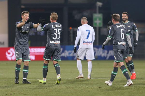 Daniel Łukasik przyjmuje gratulacje po zdobyciu pierwszego gola w Niecieczy.