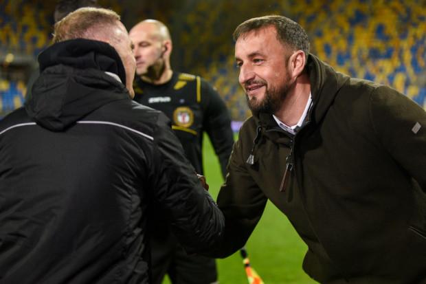 Na zdjęciu powitanie szkoleniowców przed meczem. Po spotkaniu Zbigniew Smółka po raz trzeci w tym sezonie musiał pogratulować Ireneuszowi Mamrotowi po porażce Arki Gdynia z Jagiellonią Białystok.