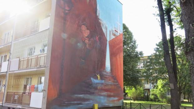 Na ścianie bloku przy al. Grunwaldzkiej 174 zobaczyć można burty dwóch kontenerowców z malarzami wykonującymi wizerunek bohatera kreskówki - Popeye'a.