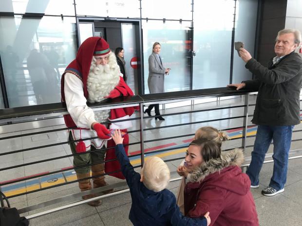Mikołaj wychodzący z hali przylotów na lotnisku w Gdańsku był niecodziennym widokiem.