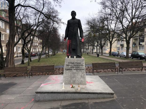 Pomnik ks. Jankowskiego oblany czerwoną farbą.