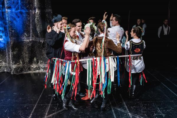 Pomysłowo przygotowana przestrzeń spektaklu pozwala aktorom zachować dużo swobody podczas epizodów aktorskich. Taniec weselny zamknięto w niewielkim okręgu przyzdobionym wstążkami.