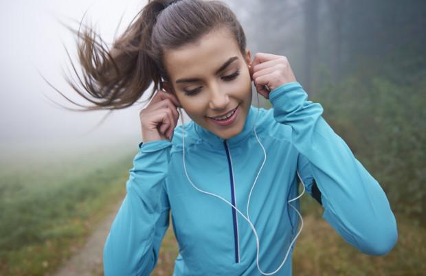 Wybierając się na trening biegowy z muzyką w słuchawkach, nie zapominajmy o swoim bezpieczeństwie.