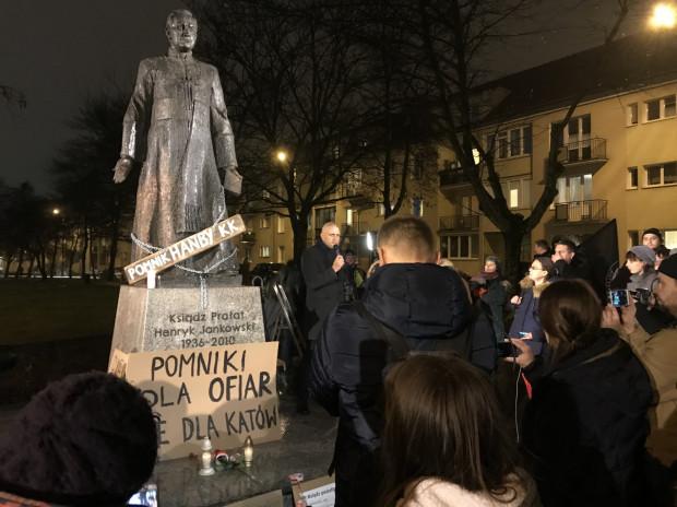 Z naszych informacji wynika, że zarówno nazwa skweru, jak i pomnik ku czci ks. Henryka Jankowskiego mogą zostać usunięte z Gdańska w lutym przyszłego roku.