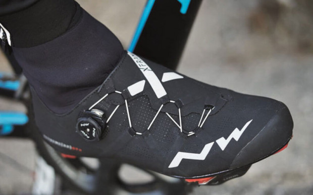 """Wysoki neoprenowy """"mankiet"""" zabezpiecza przed wpłynięciem wody do wnętrza buta od strony nogawki"""