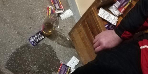 Zdesperowany mężczyzna zażył ok. 60 tabletek przeciwbólowych, które popił sporą ilością wina.
