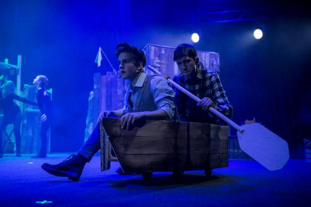 """Jedną z ciekawszych scen musicalu """"Chłopcy z Placu Broni"""" jest wyprawa chłopaków z Placu Broni do ogrodu botanicznego z kartką """"Tu byli Chłopcy z Placu Broni"""". Na zdjęciu Szymon Czerski (Boka) i Filip Ciesielski (Czonakosz)."""