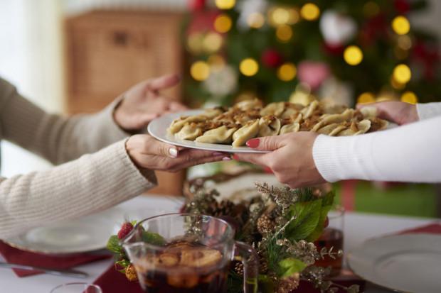 Aby zachować umiar, warto jeść powoli i nakładać sobie małe porcje poszczególnych potraw. Należy też uzbroić się w pokaźne zasoby asertywności.