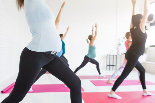 Zajęcia jogi dla kobiet w ciąży stają się coraz popularniejsze, również lekarze ginekolodzy coraz częściej zalecają tę formę aktywności swoim pacjentkom.