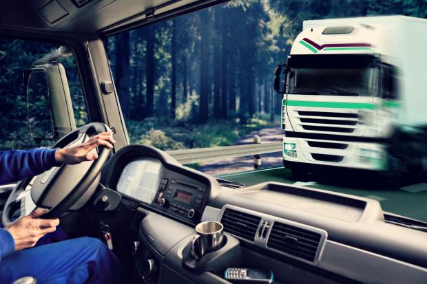 Do czasu pracy kierowcy nie wlicza się m.in. czasu dyżuru, jeżeli podczas dyżuru kierowca nie wykonywał pracy, nieusprawiedliwionych postojów w czasie prowadzenia pojazdu, dobowego nieprzerwanego odpoczynku.