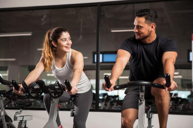 Zajęcia grupowe to gwarantowana dawka endorfin, dzięki którym łatwiej nam utrzymać intensywność zadań treningowych.
