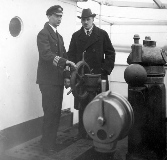 """Dyrektor """"Żeglugi Polskiej"""" S.A. Julian Rummel (w kapeluszu) oraz kapitan Stefan Ciundziewicki (w mundurze) na pokładzie statku."""