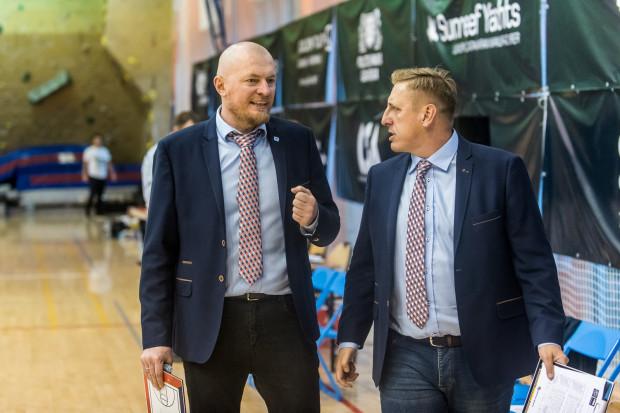 Trener Rafał Knap (z lewej) miał w końcu powody do zadowolenia.