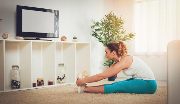 Sesję rozciągania możemy z powodzeniem przeprowadzić nawet podczas oglądania telewizji.